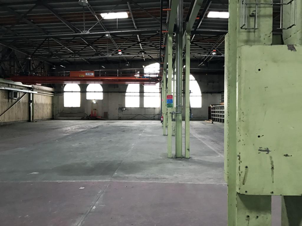 Insidan av stor, sliten industrilokal