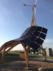 Giraffen förser Möllegården med energi från sol och vind.