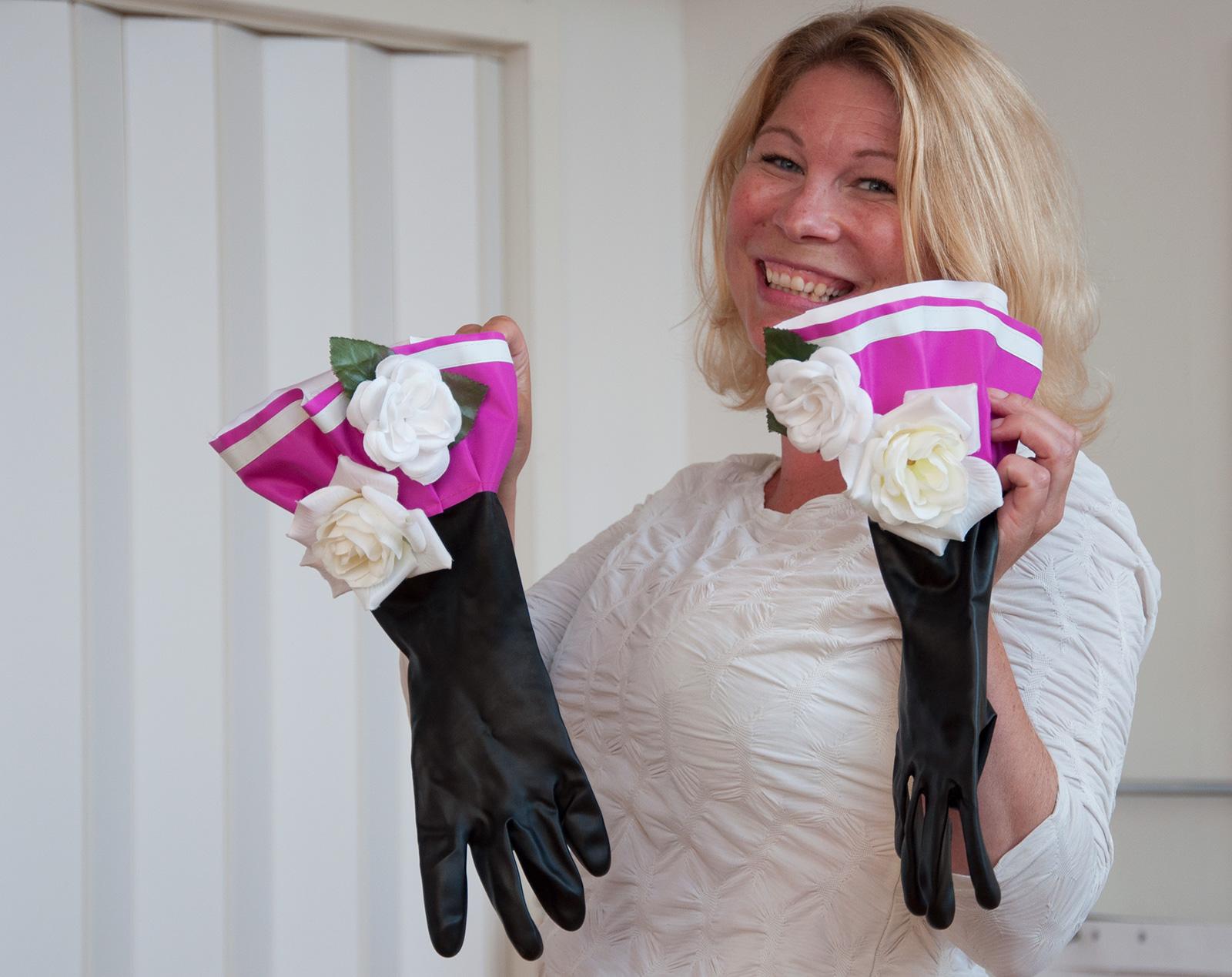 Kvinna visar upp handskar för publik