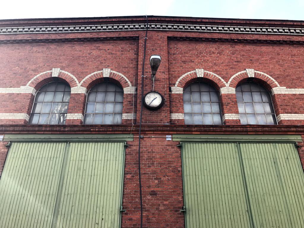 Framsida av tegelbeklädd äldre industrilokal
